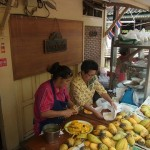 タイの行列ができるマンゴーライス屋のおばちゃんは達人級!