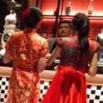 上海マンションバンコクホテル1階のレッドローズレストランにいるチャイナ服美人