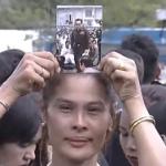 タイのプミポン国王の死去後、本日10/22(土)王宮前の国王讃歌ライブ中継