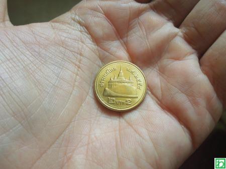 タイ通貨の2バーツ硬貨には金色...